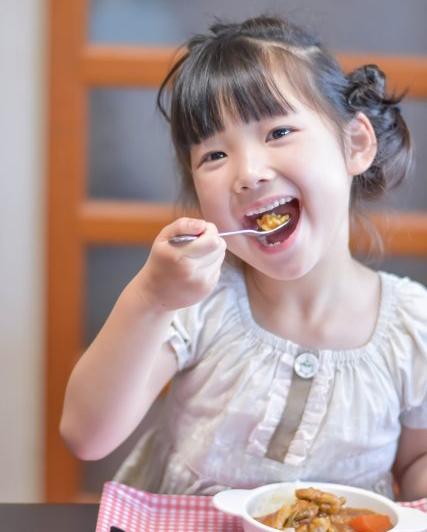 プリンセスかおり米のカレーを食べる女の子