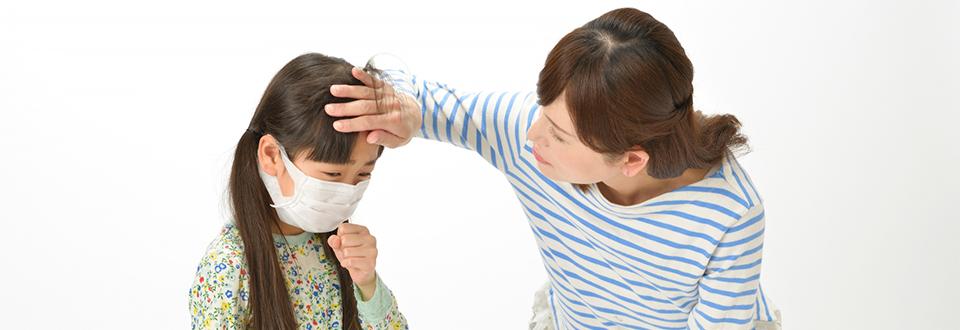 風邪を引いた子どもと見守る母親