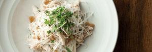 鳥取・田中農場のフレンチソース「ネギネージュ」を使った鶏と白ねぎのザーサイ和え