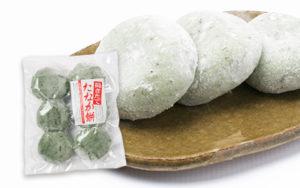 自家生産のもち米を昔ながらのセイロで蒸し上げ、木臼と杵を使い丁寧に手作業でつき上げた、昔ながらの杵つき餅。