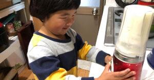 田中農場の特製白ねぎ酢を使ったアレンジレシピ 3歳のこどもがお手伝いしている様子
