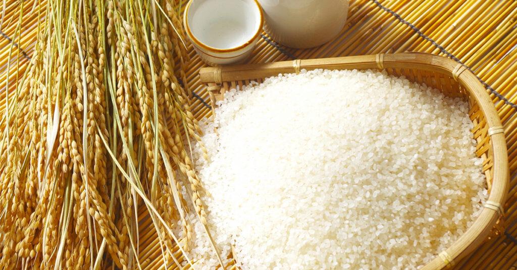 竹ざるに乗った白米と稲とお酒