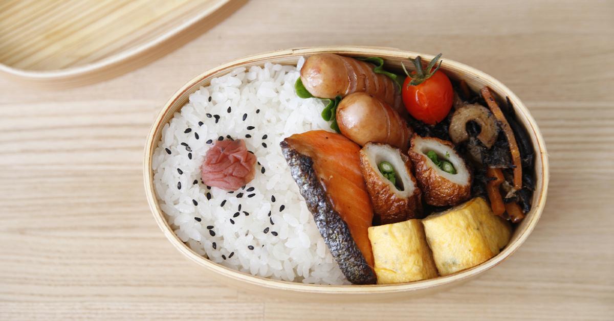 お米に梅干しがのった曲げわっぱお弁当