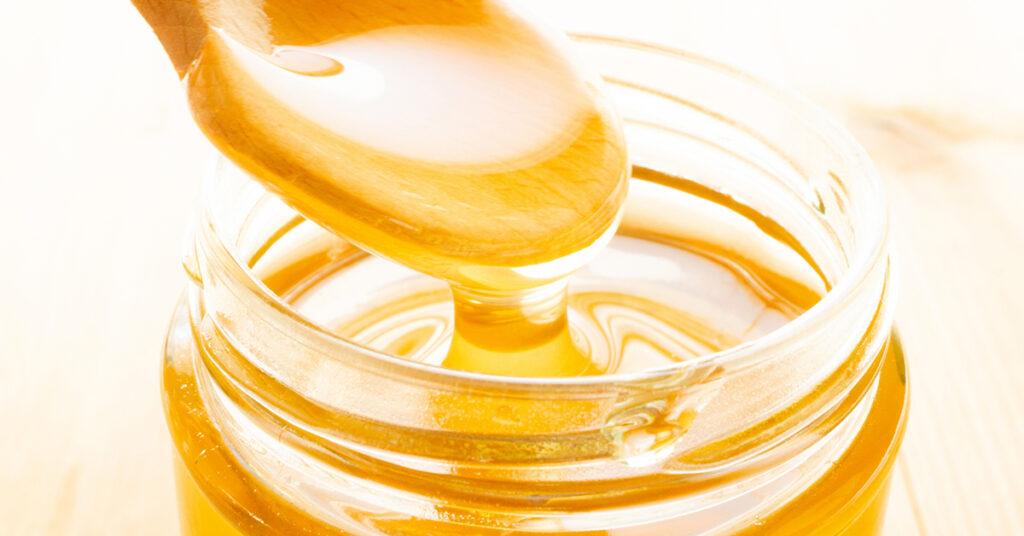 スプーンから蜂蜜がトロッとしている様子