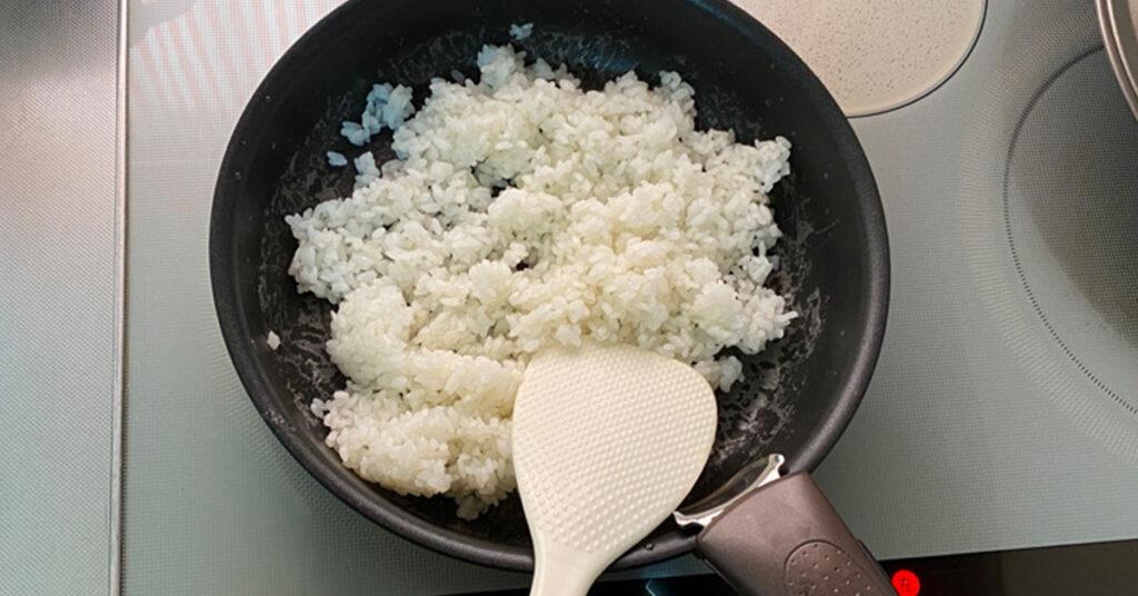 お米をしゃもじで切っている画像