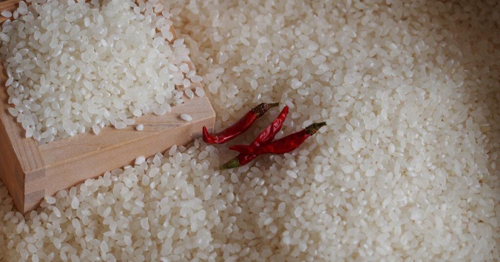 米びつの中に唐辛子を入れて保存している画像