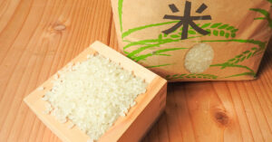 お米とお米の袋の画像