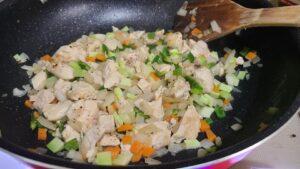 野菜を混ぜている画像