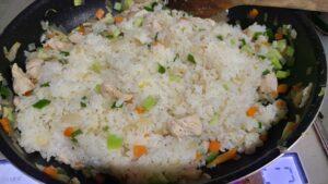 野菜とご飯を混ぜている画像