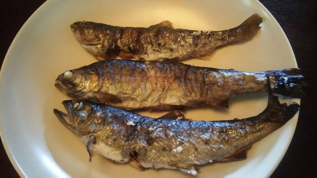 川魚ヤマメの上に田中農場の新白ねぎポン酢をかけた画像